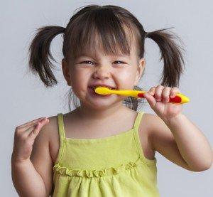 crianca-escovando-dentes-lojas-babies