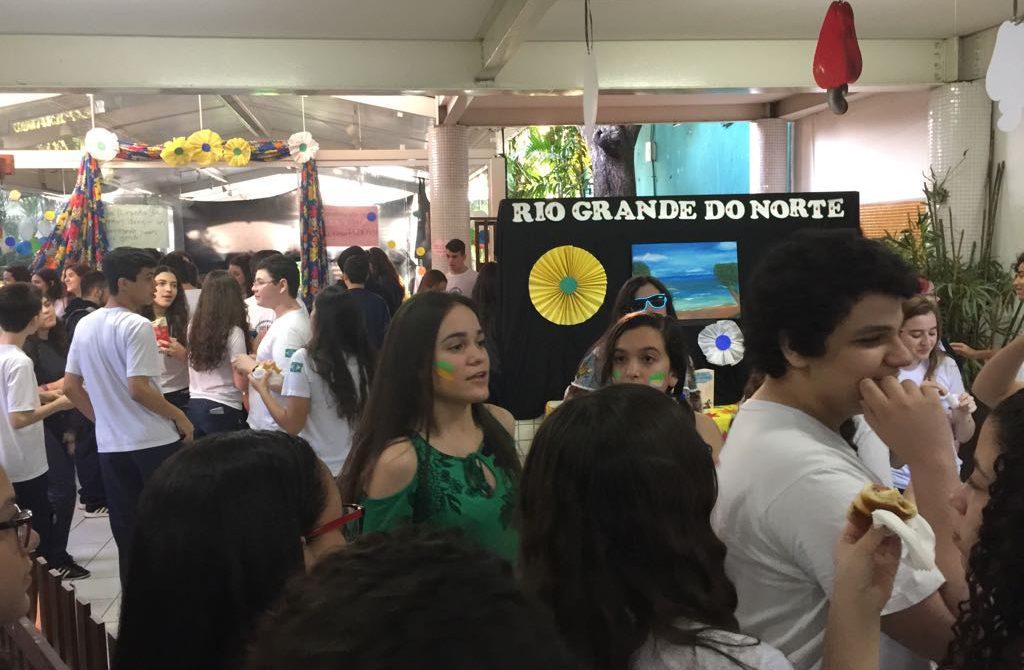61ff897be7 A equipe do 2º ano B que ficou responsável por pesquisar a identidade da  Bahia fez uma grande exposição sobre a cultura do Estado.